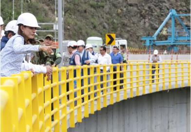 Ministra de Transporte recorre obras de la calzada derecha del nuevo puente Guáitara